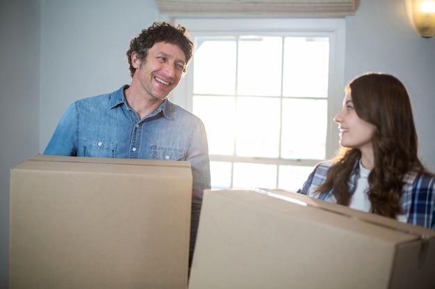 Casal segurando caixas de papelão