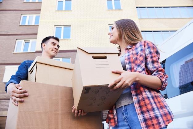 Casal segurando caixas enquanto se move