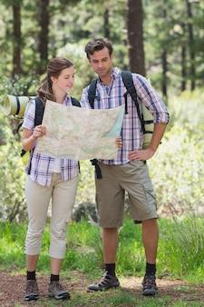 Casal segurando o mapa e planejamento