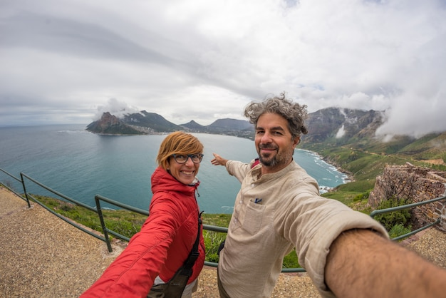 Casal selfie em cape point, table mountain national park, destino de viagem na áfrica do sul