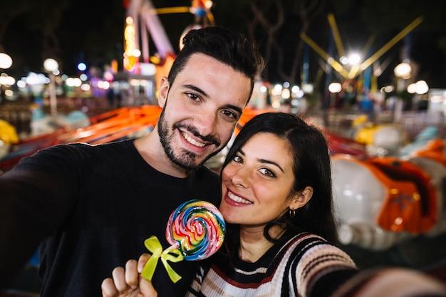 Casal selfie em um parque temático