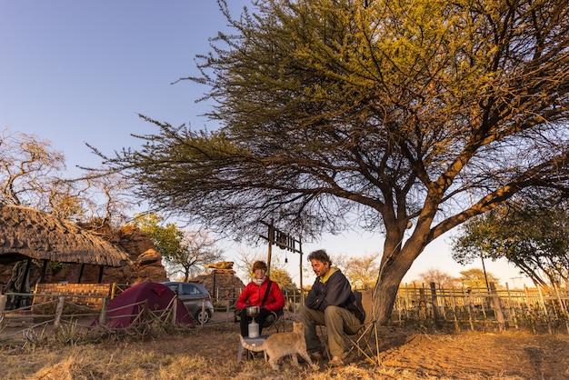 Casal selfie tomando café da manhã, acampar ao ar livre, manhã fria