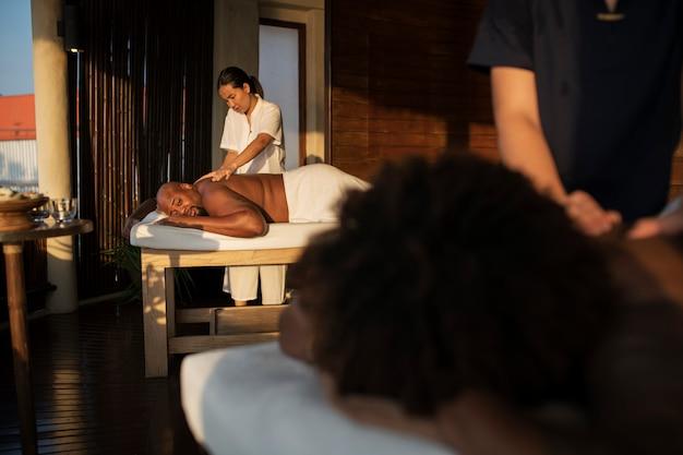 Casal sendo mimado em um spa