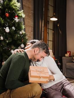 Casal sênior, abraçando e mostrando carinho