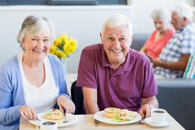 Casal sênior almoçando juntos