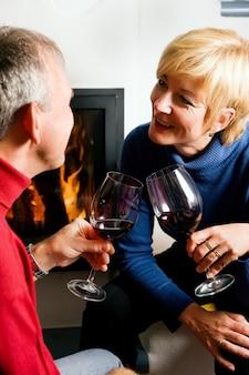 Casal sênior bebendo vinho tinto
