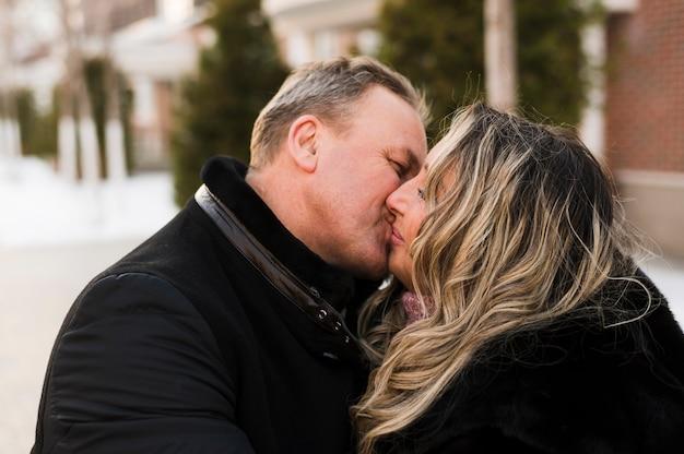 Casal sênior beijando close-up