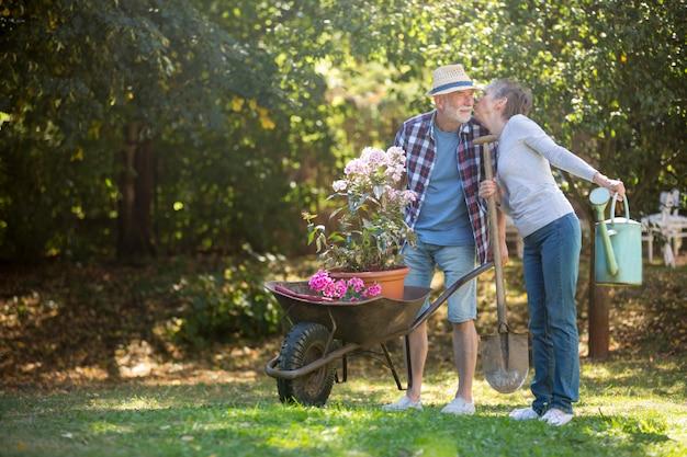 Casal sênior beijando no jardim