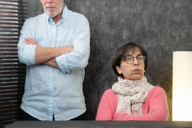 Casal sênior com problemas em casa, mulher irritada