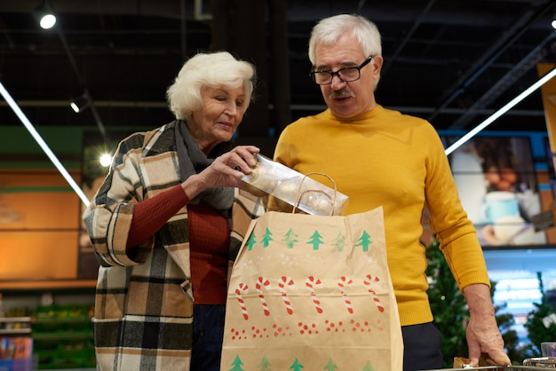 Casal sênior comprar decoração de natal