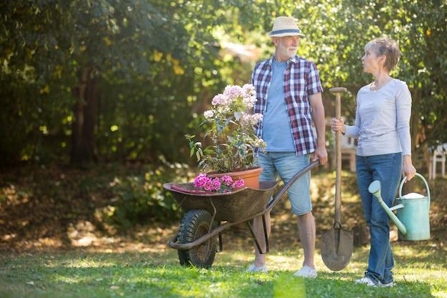 Casal sênior de jardinagem no jardim