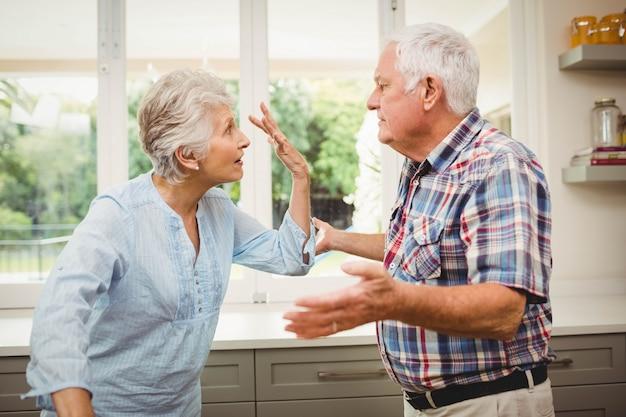 Casal sênior discutindo uns com os outros em casa
