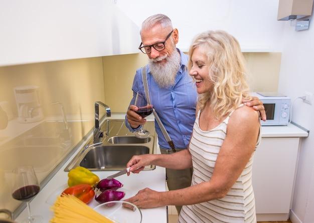 Casal sênior em casa