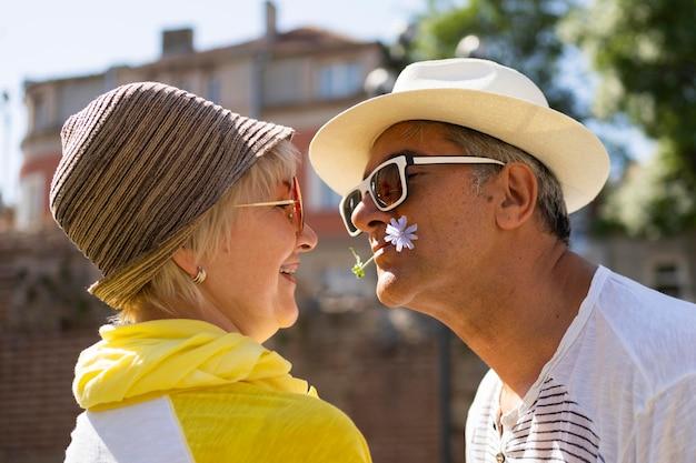Casal sênior em close sendo romântico
