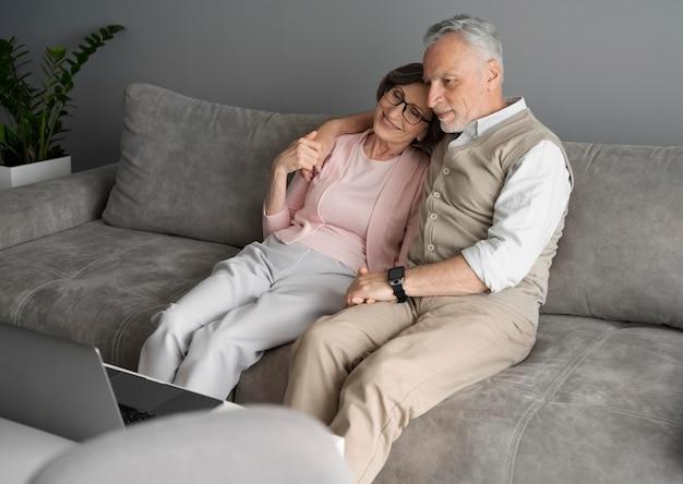 Casal sênior em plano médio no sofá