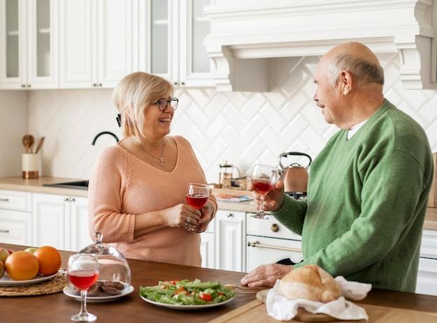 Casal sênior em tiro médio na cozinha