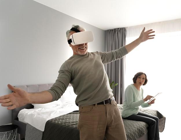 Casal sênior feliz em foto média dentro de casa