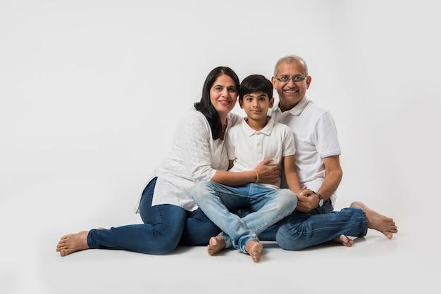 Casal sênior indiano asiático ou avô e avó com neto, isolados sobre o branco