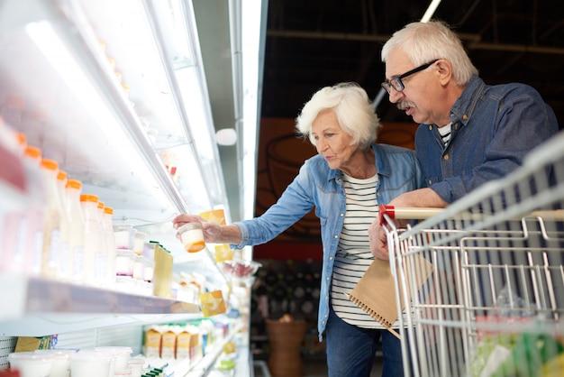 Casal sênior moderno, comprando comida