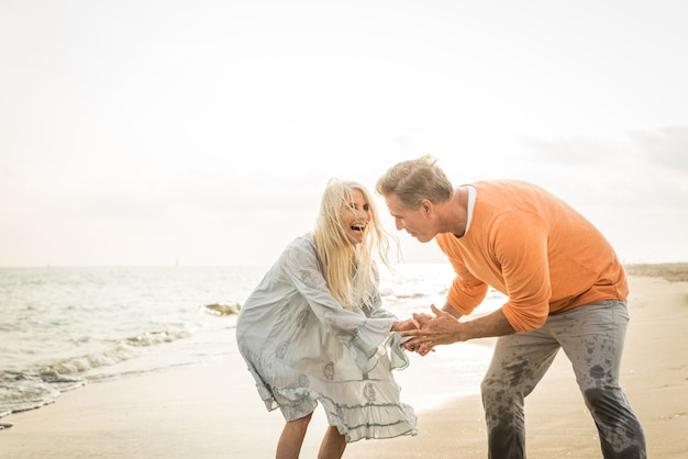 Casal sênior namoro ao ar livre