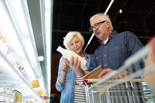 Casal sênior no supermercado
