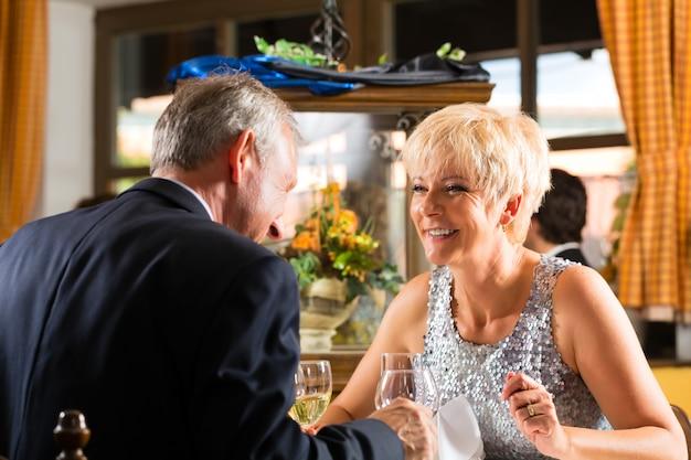 Casal sênior requintado jantar no restaurante