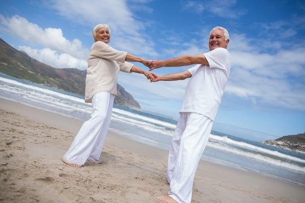 Casal sênior se divertindo juntos na praia