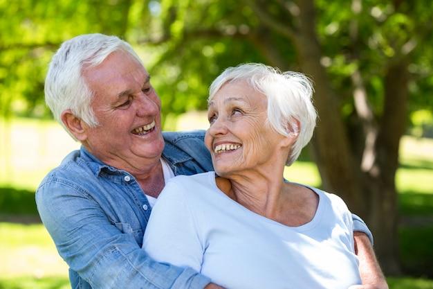 Casal sênior sorrindo juntos
