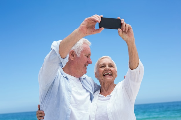 Casal sênior tomando uma selfie