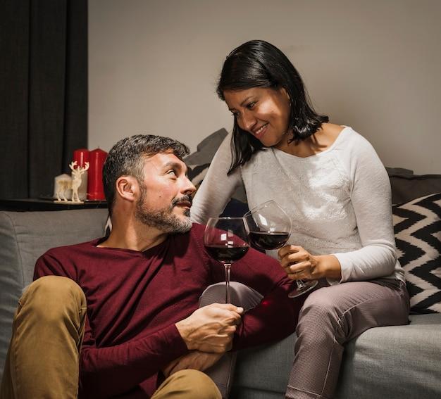 Casal sênior torcendo e bebendo juntos