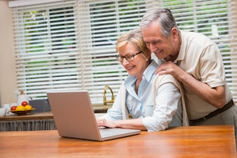 Casal sênior usando o laptop juntos
