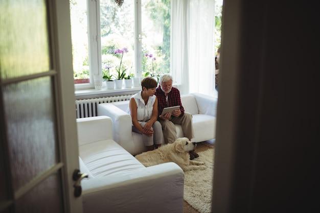 Casal sênior usando tablet digital