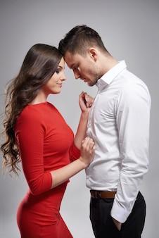 Casal sensual parado calmamente frente a frente
