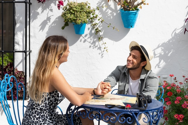Casal sentado à mesa com mapa