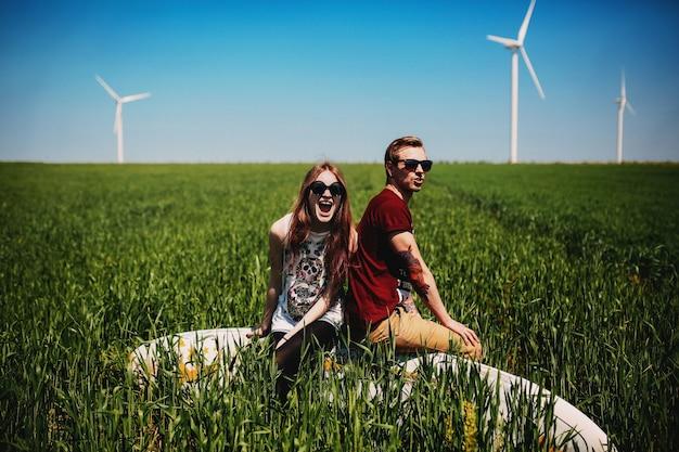 Casal sentado em um campo verde