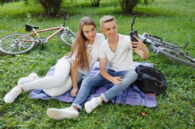 Casal sentado em um parque com bicicleta