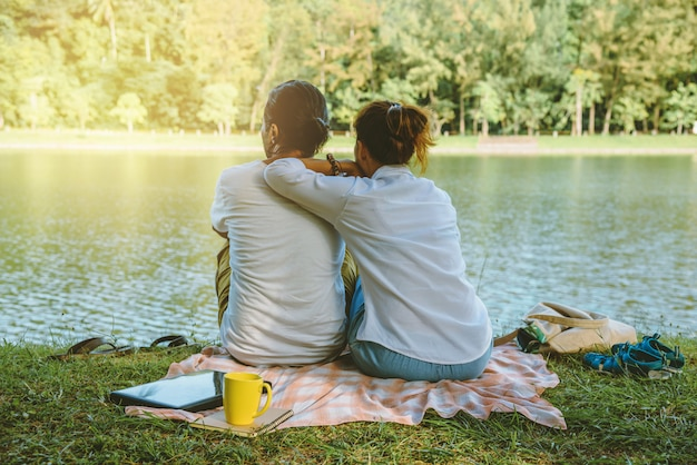 Casal sentado no parque público