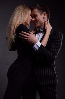 Casal sexy e elegante na paixão. mulher bonita perto do homem.