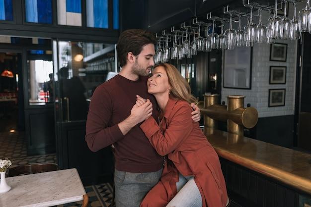 Casal sincero e alegre se abraçando e se maravilhando