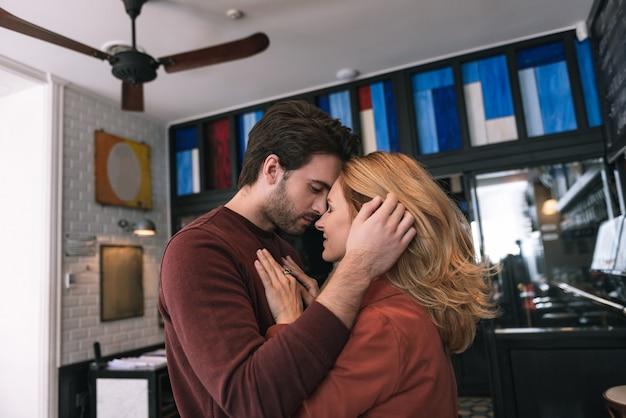 Casal sincero satisfeito se olhando e se abraçando