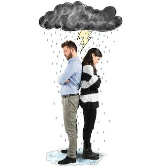 Casal sob a nuvem com relâmpagos e chuva