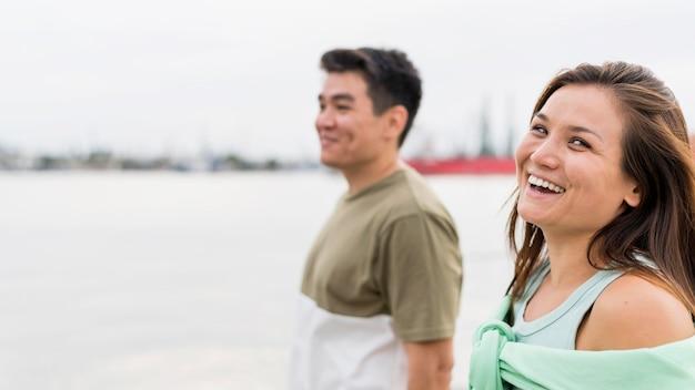 Casal sorridente caminhando juntos