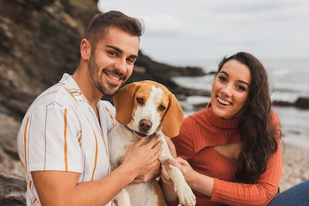 Casal sorridente com cachorro