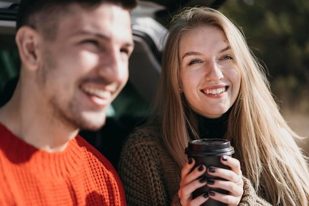 Casal sorridente com café