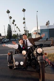 Casal sorridente com motocicleta