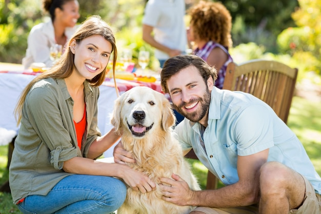 Casal sorridente com o cachorro