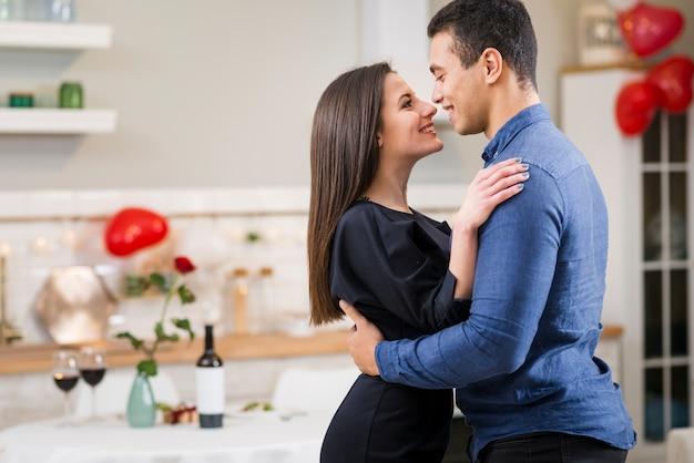 Casal sorridente comemorando o dia dos namorados com espaço de cópia