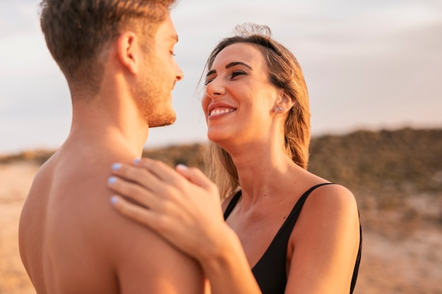 Casal sorridente de close-up, olhando um ao outro