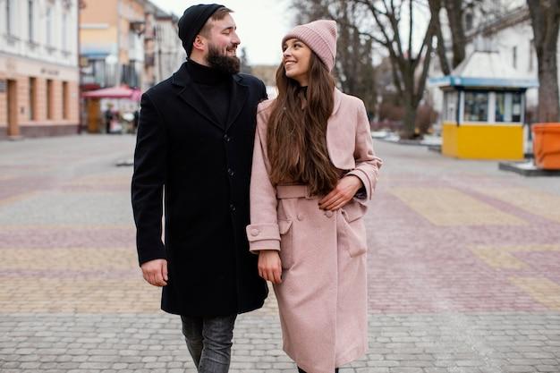 Casal sorridente de mãos dadas