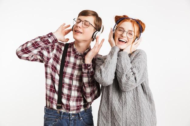 Casal sorridente de nerds escolares